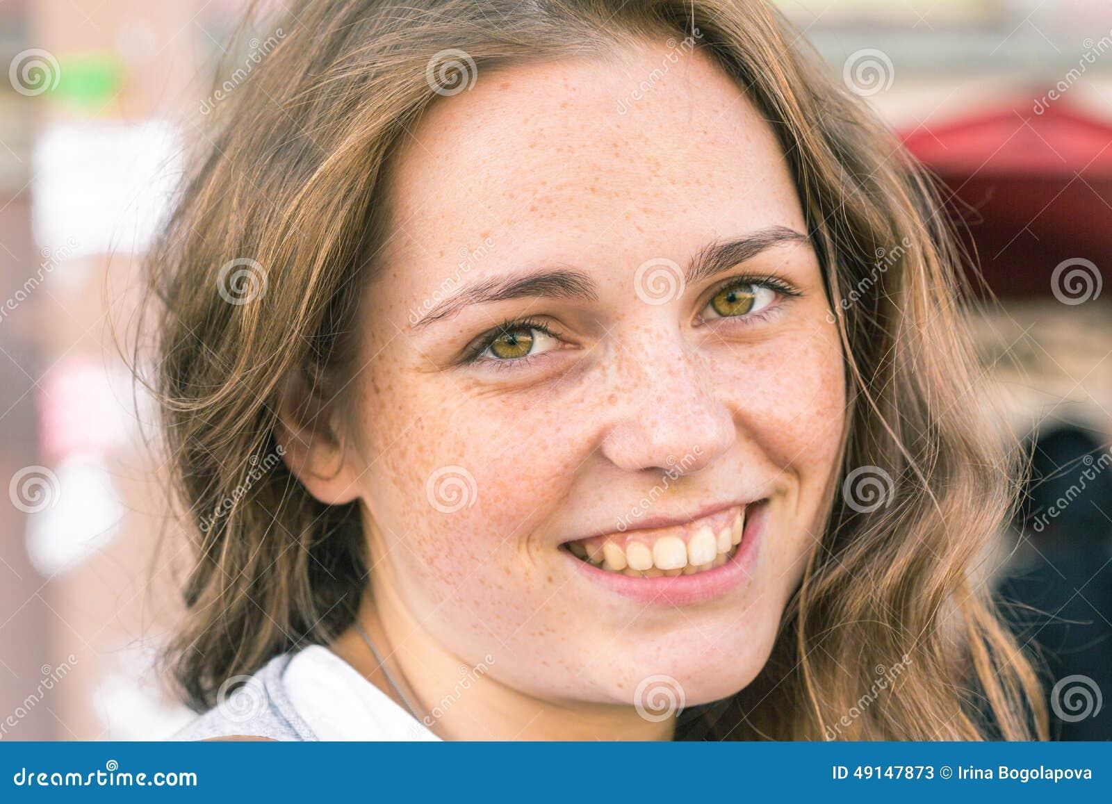 愉快年轻美丽的妇女的画象户外