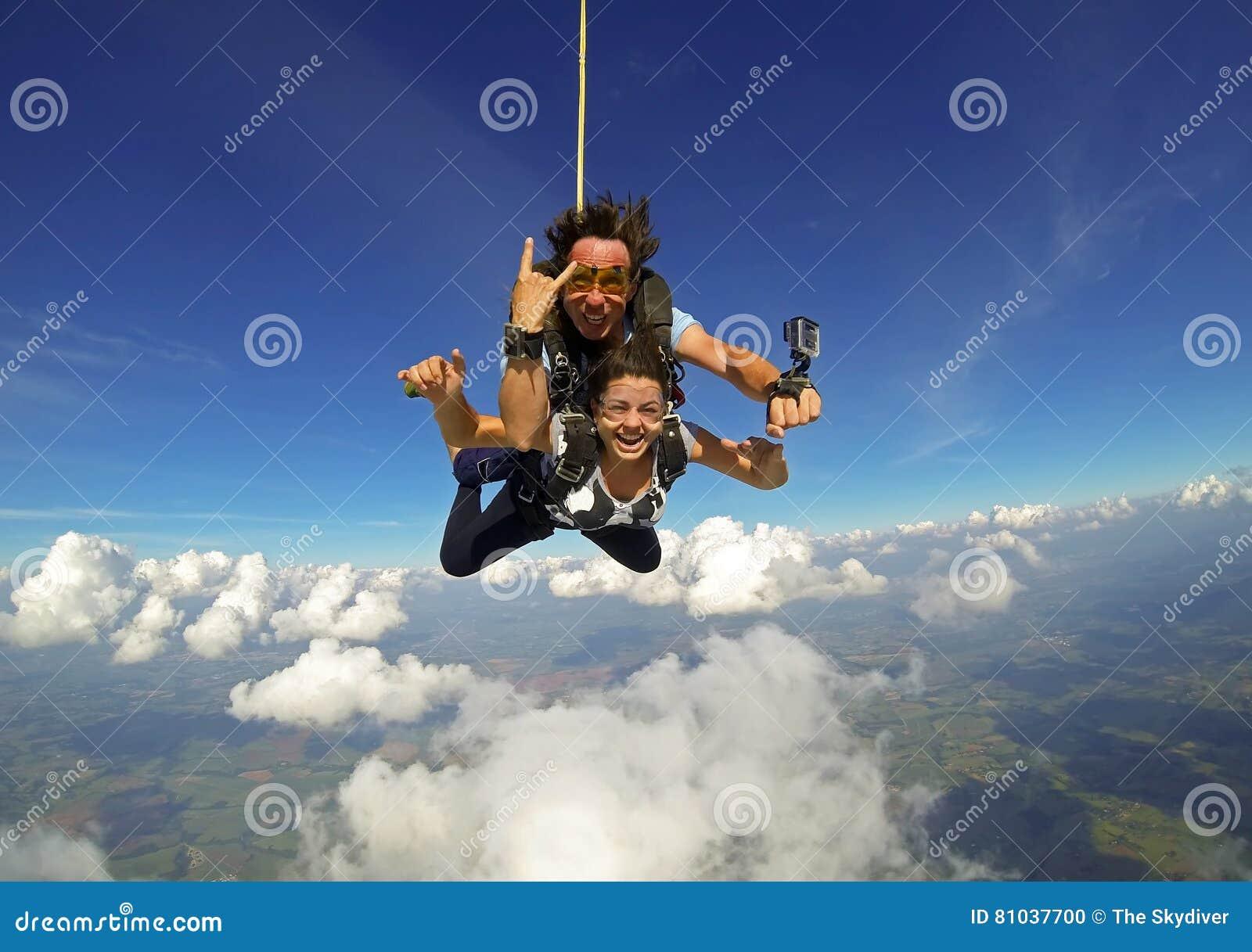 愉快Skydiving纵排的夫妇