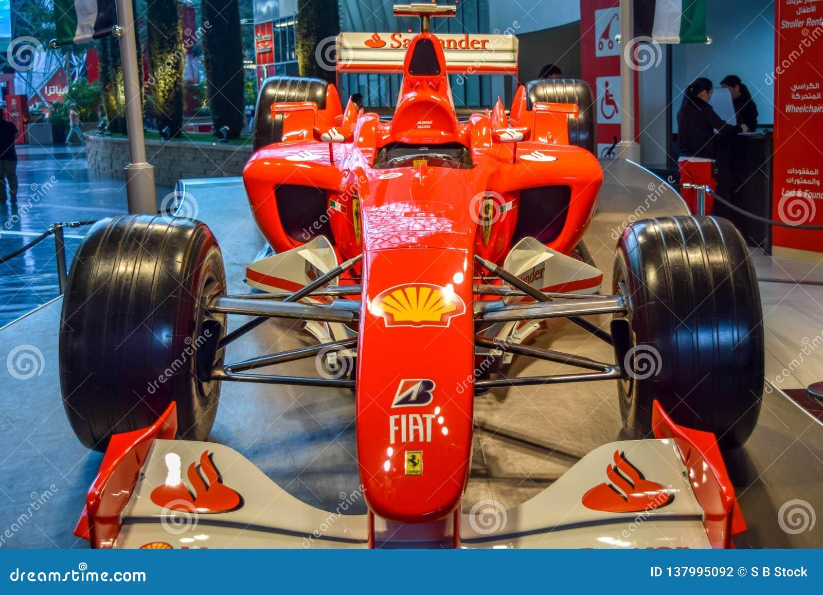 意大利汽车品牌菲亚特汽车显示了在亭子里面在访客的一个车展
