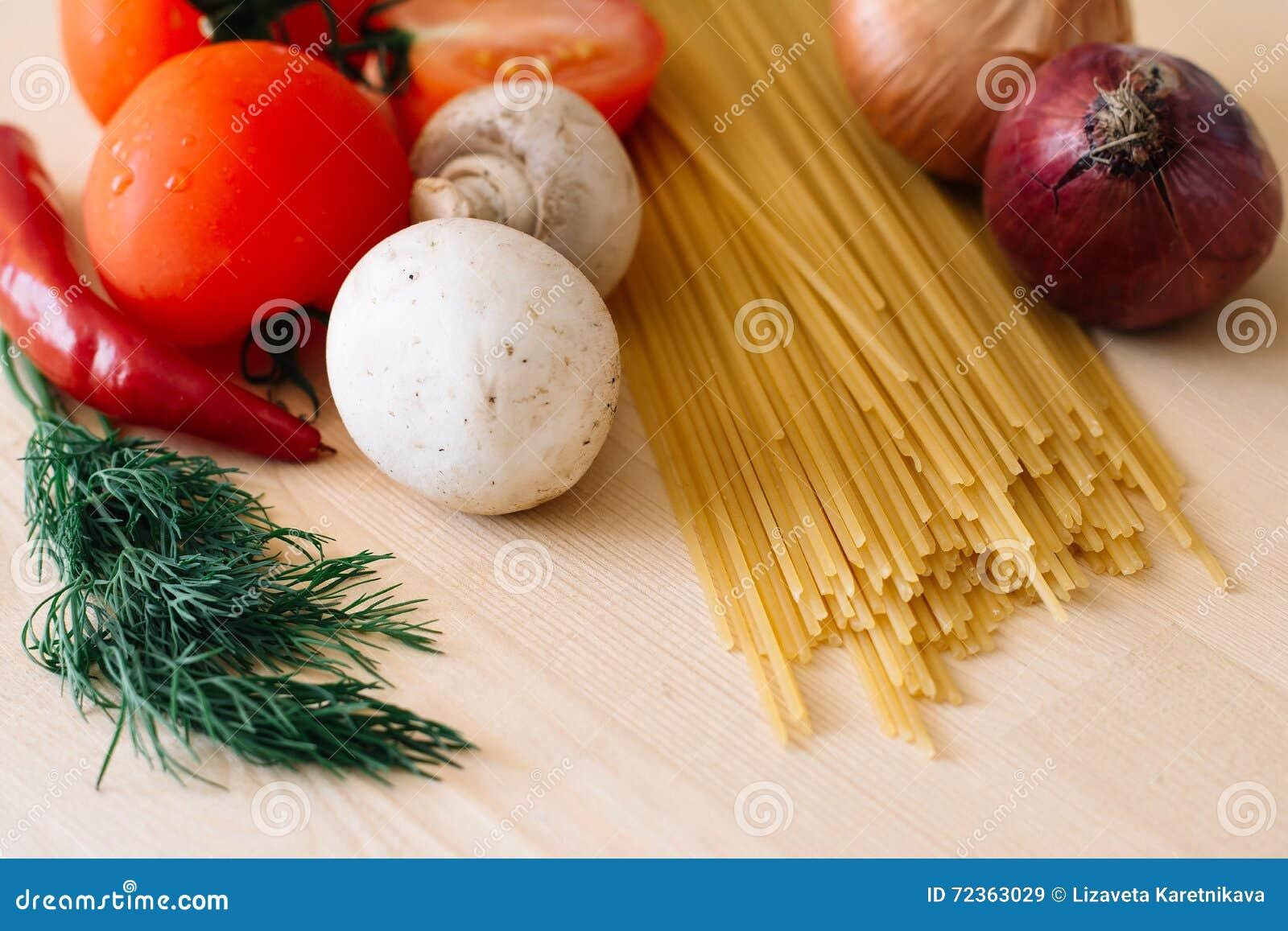 意大利面食和蔬菜