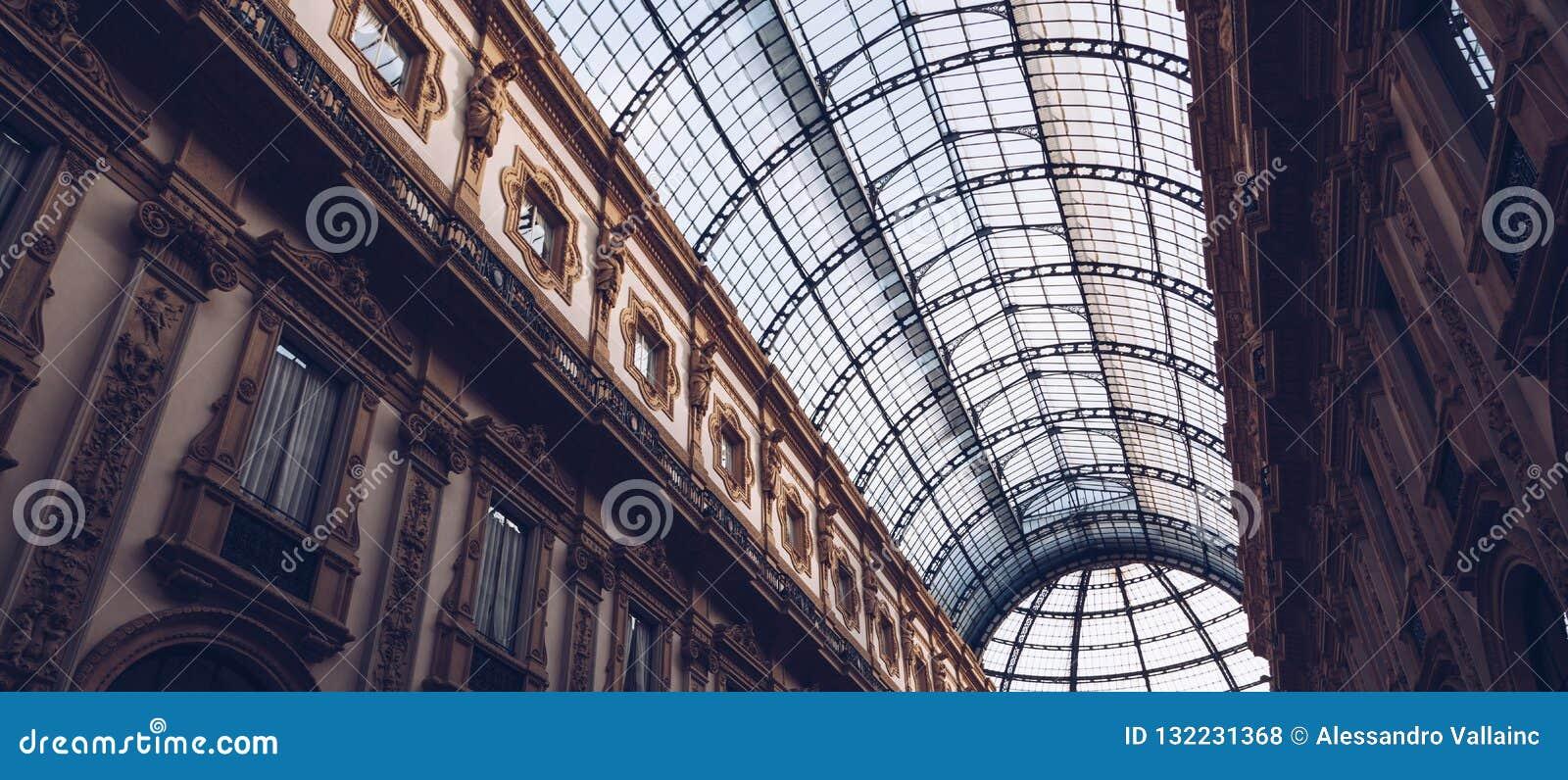 意大利,米兰- 2018年11月:玻璃天花板内部观点的维托里奥・埃曼努埃莱・迪・萨伏伊II