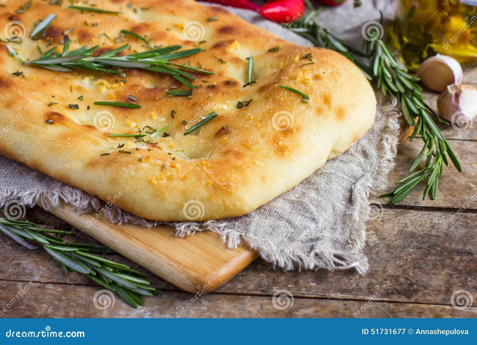 意大利focaccia面包用迷迭香和大蒜
