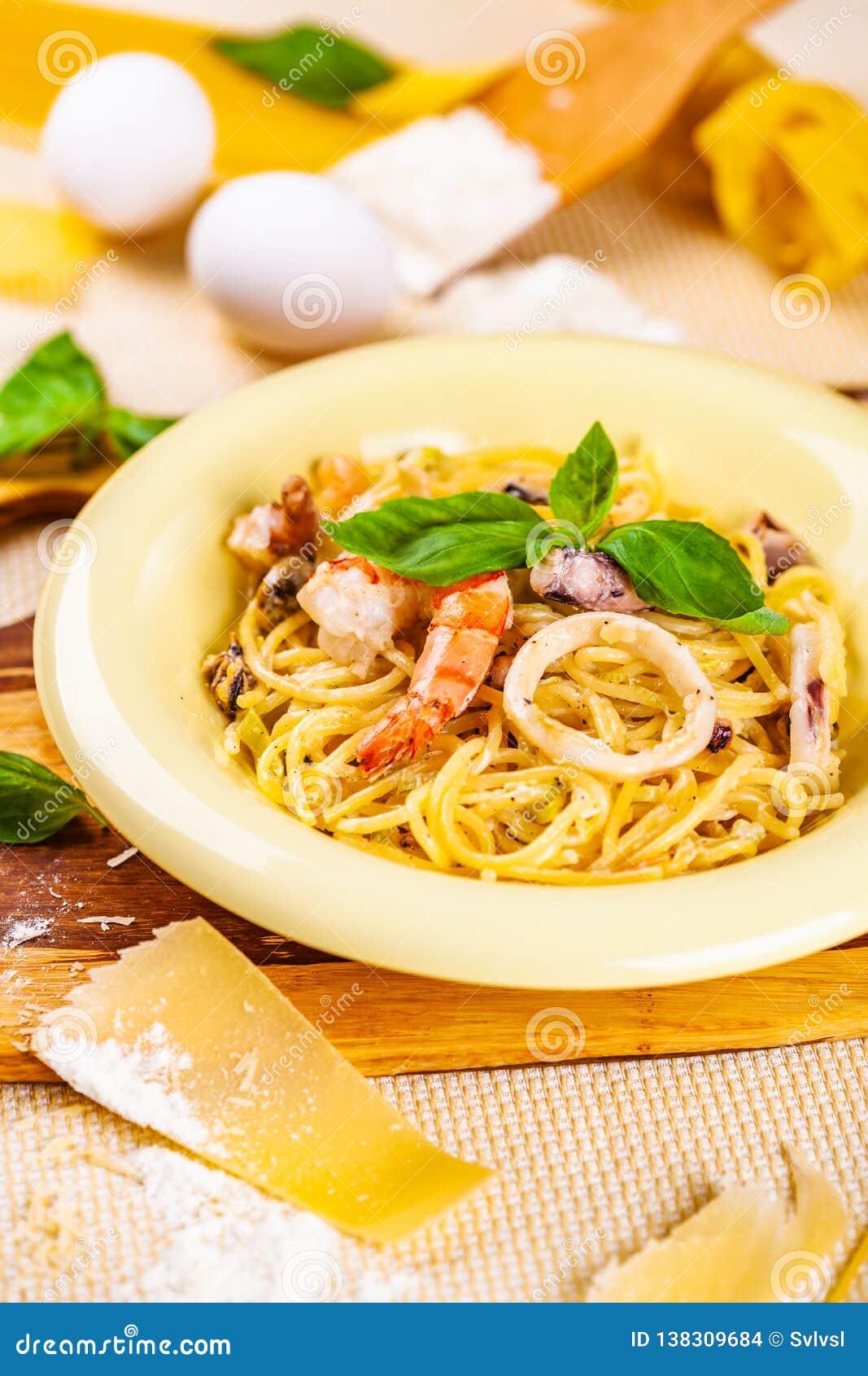 意粉用海鲜和帕尔马干酪在米黄板材