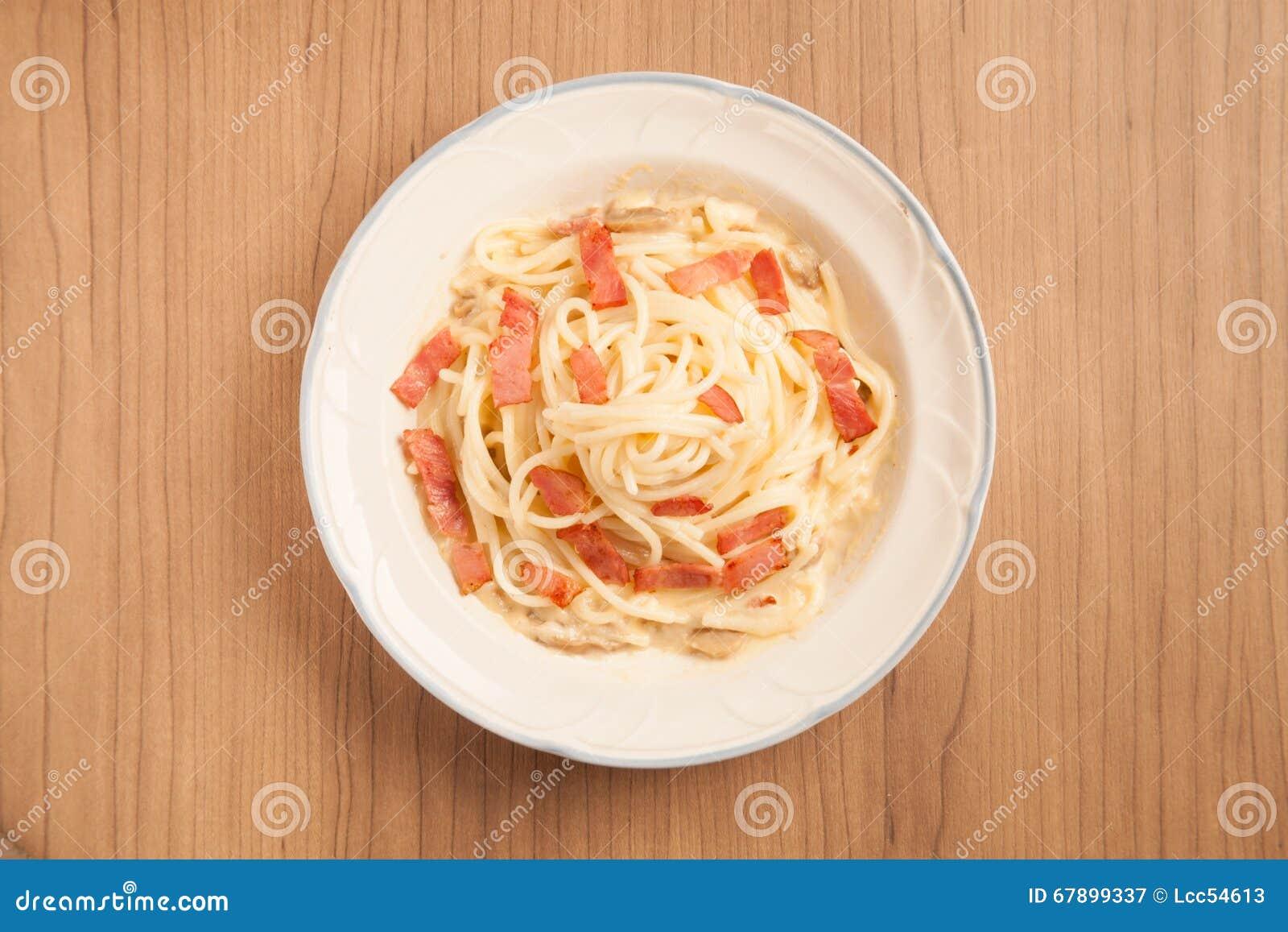意粉用烟肉和奶油沙司