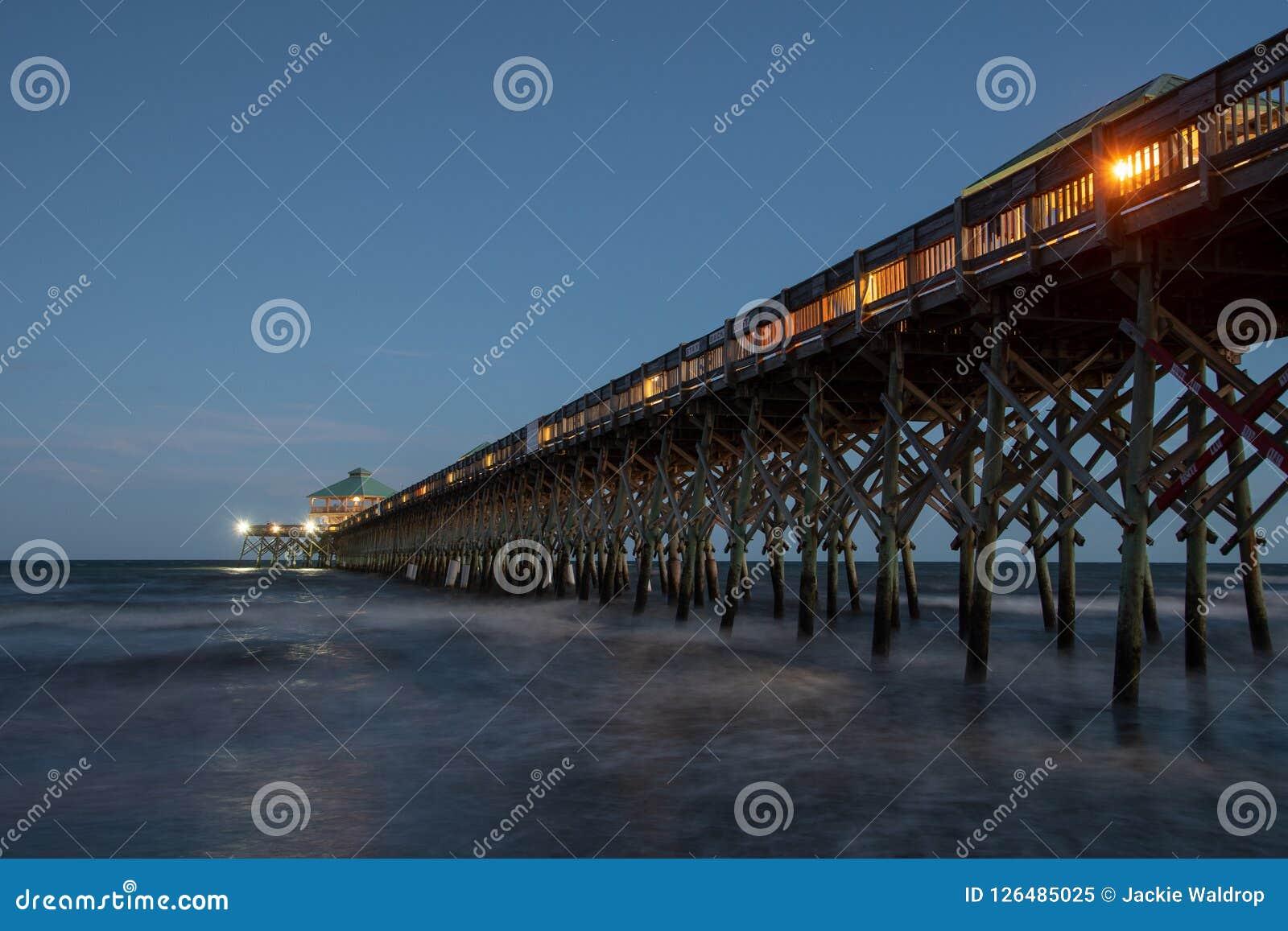 愚蠢海滩码头在晚上