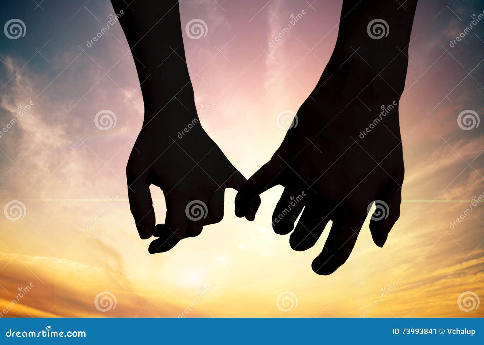 感人的手剪影在日落的 概念亲吻妇女的爱人