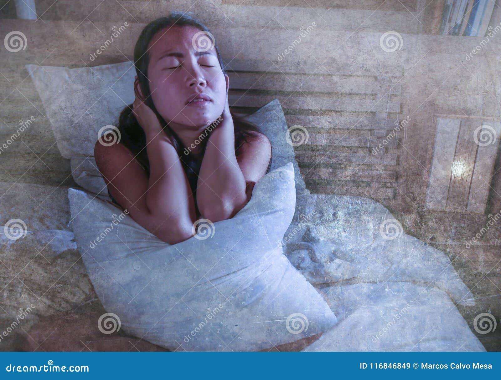 感到床遭受的消沉的忧虑和的失眠的哀伤和沮丧的亚裔韩国妇女凄惨