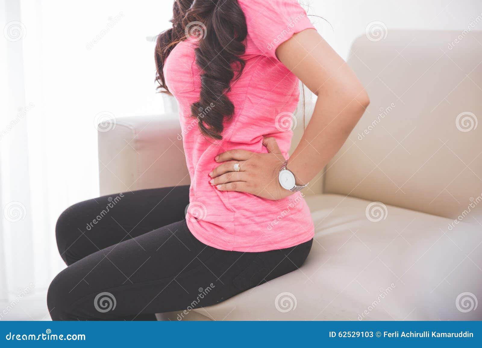 感到的妇女不适在她的胃