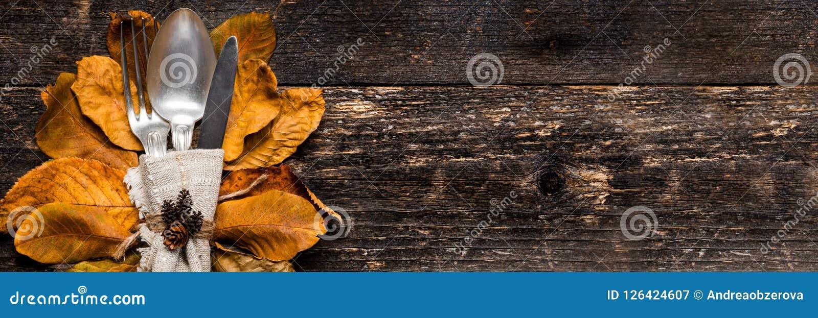 感恩膳食设置横幅 季节性桌设置 感恩秋天与利器的餐位餐具