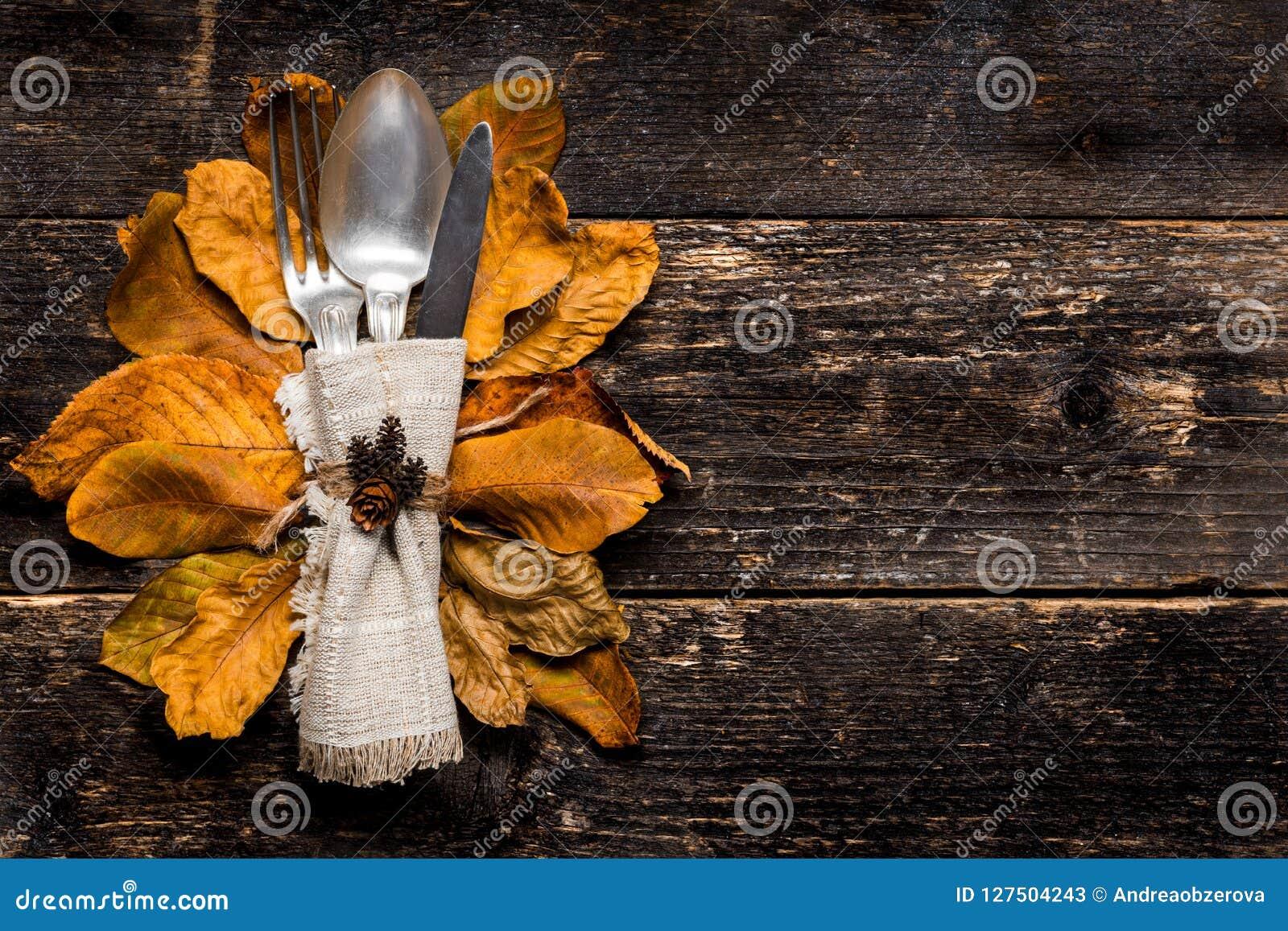 感恩膳食设置 季节性桌设置 感恩秋天与利器和五颜六色的秋天秋天的餐位餐具离开