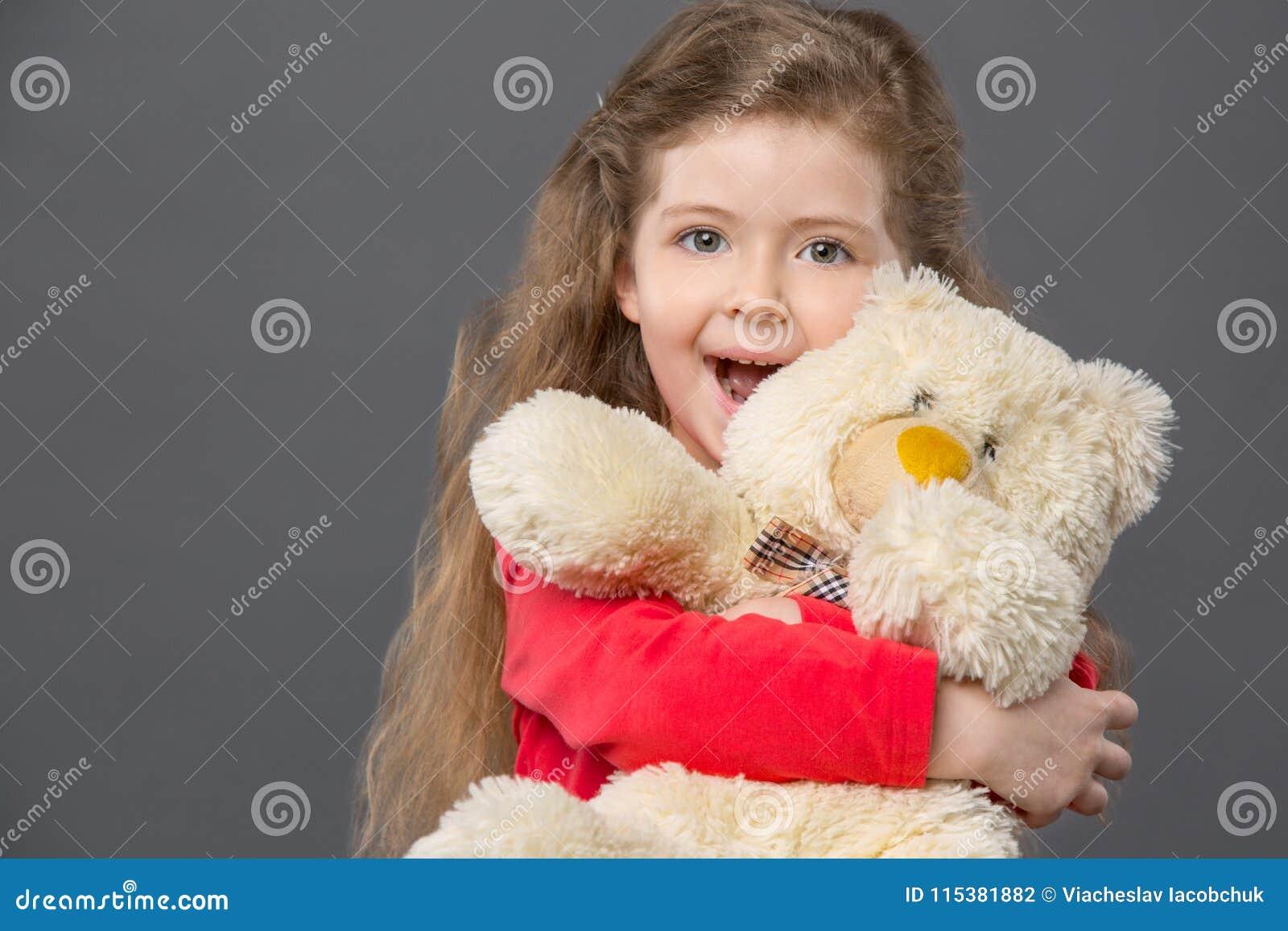 感觉愉快的高兴的女孩激发