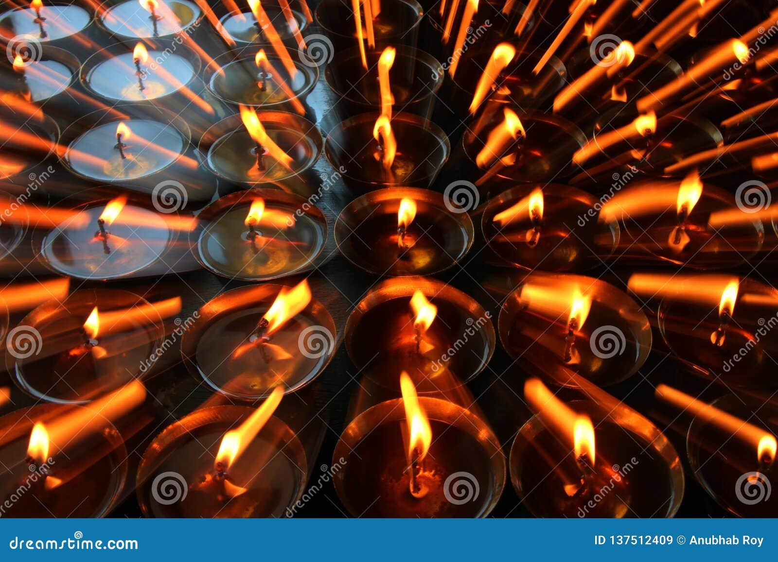 慈善 祈祷的蜡烛在一个修道院里在不丹 摘要,烛光