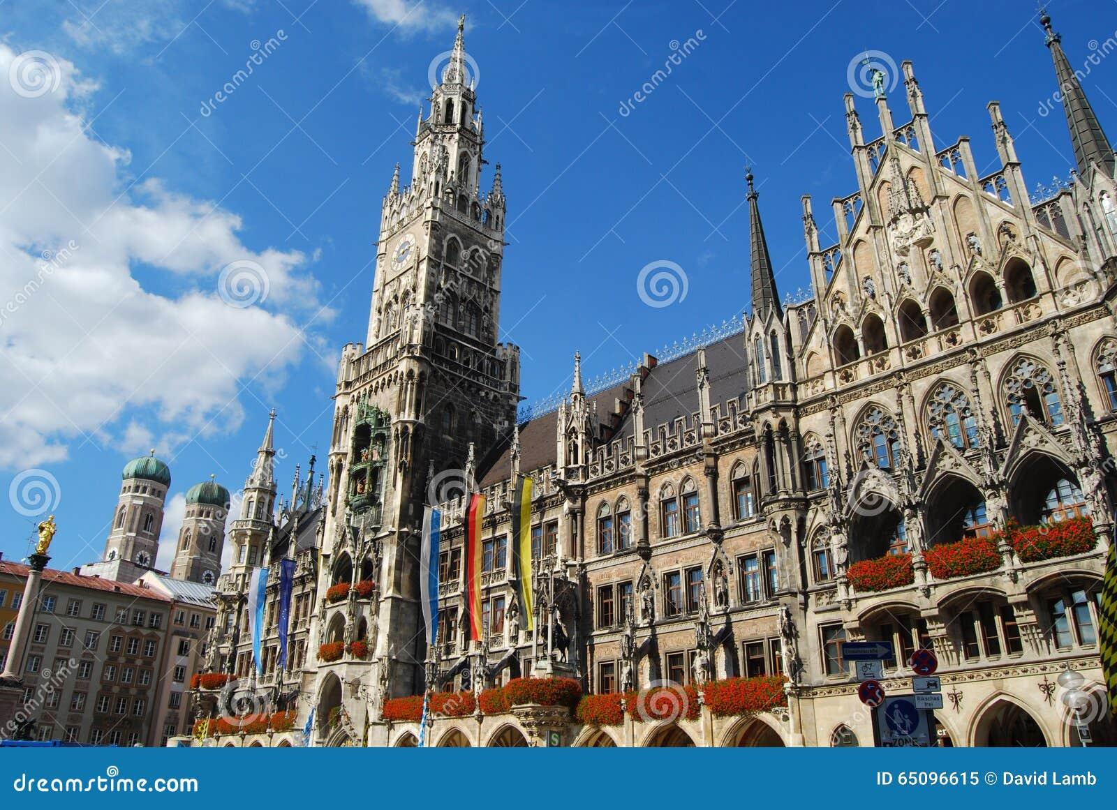 慕尼黑城镇厅和Frauenkirche耸立在阳光下
