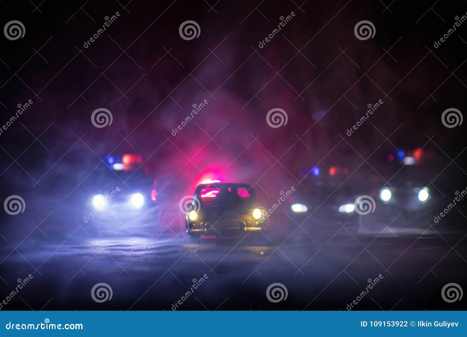 戏弄追逐Ford Thunderbird汽车的BMW警察和丰田FJ巡洋舰汽车在晚上有雾背景 玩具在选项的装饰场面