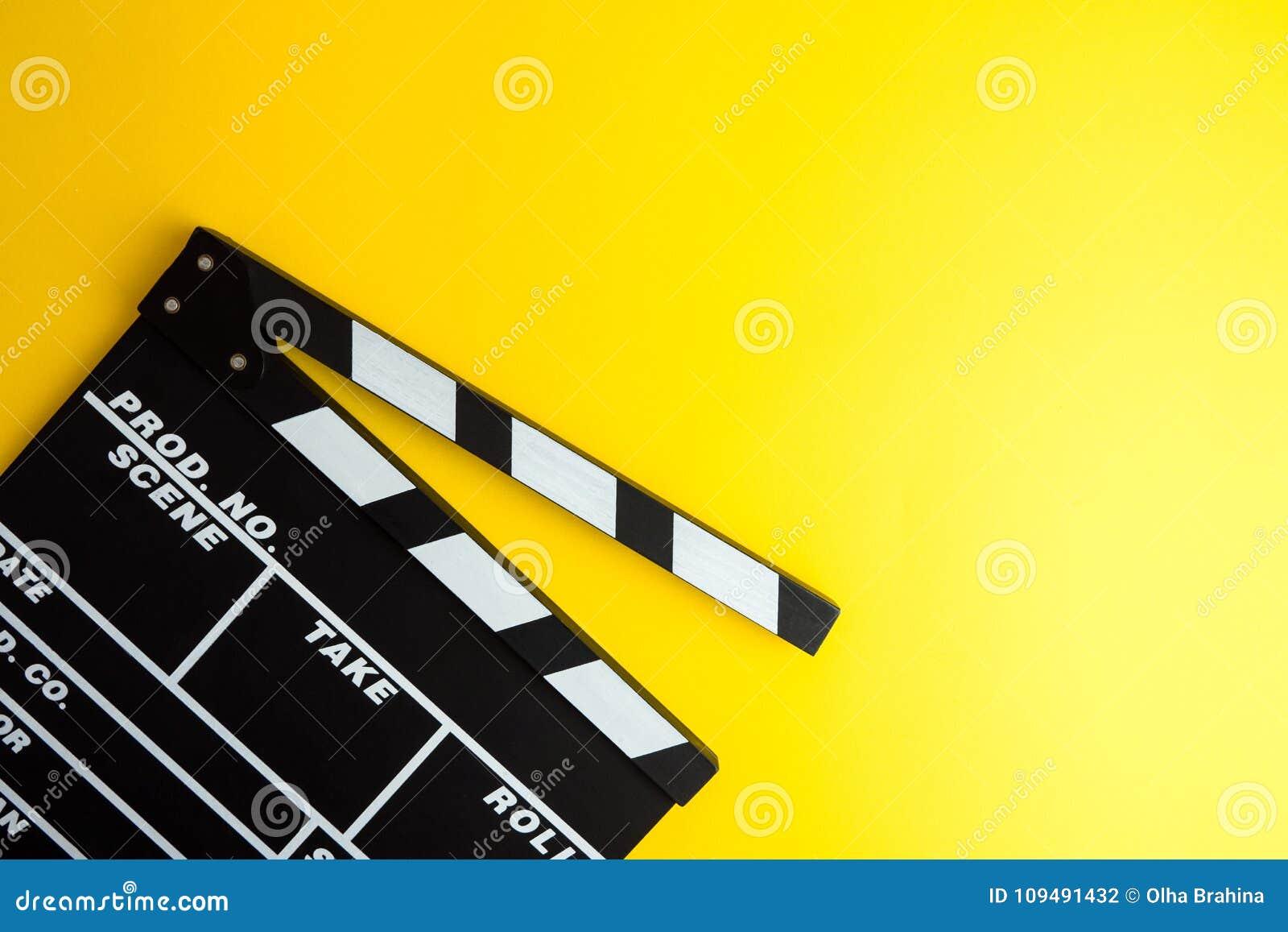 戏院最小的概念 在戏院的观看的影片 在黄色背景的拍板