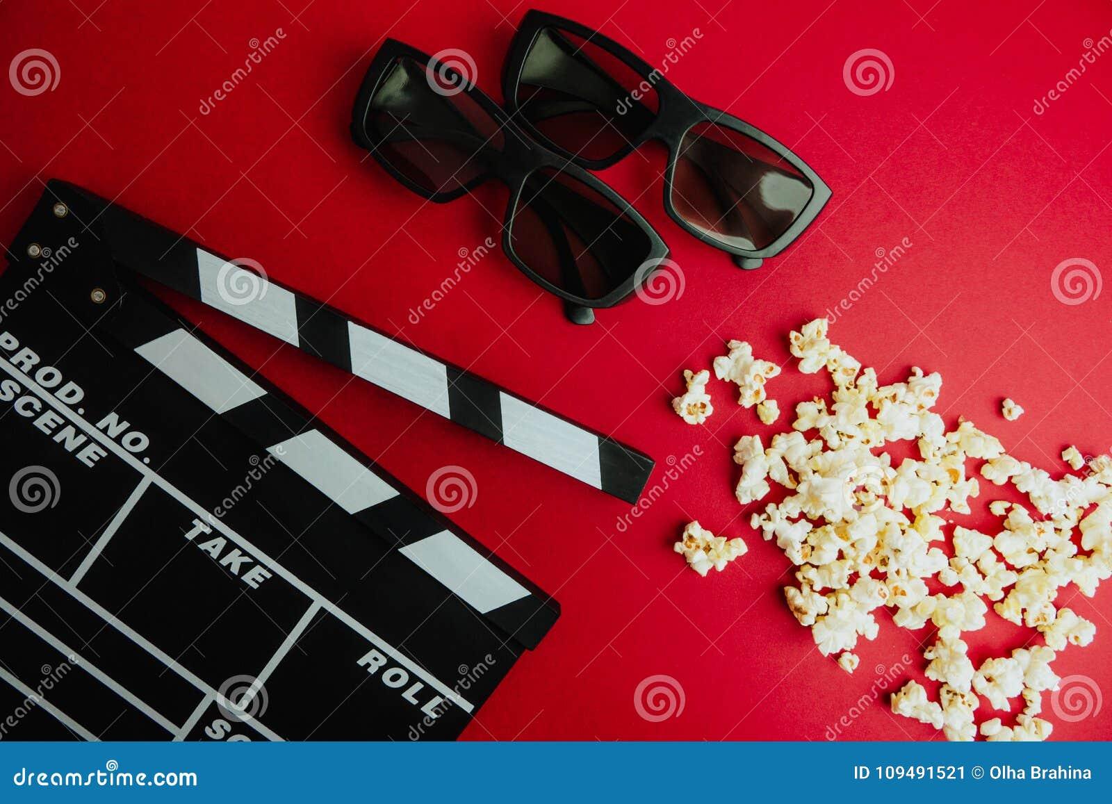 戏院最小的概念 在戏院的观看的影片 拍板, 3d玻璃,玉米花