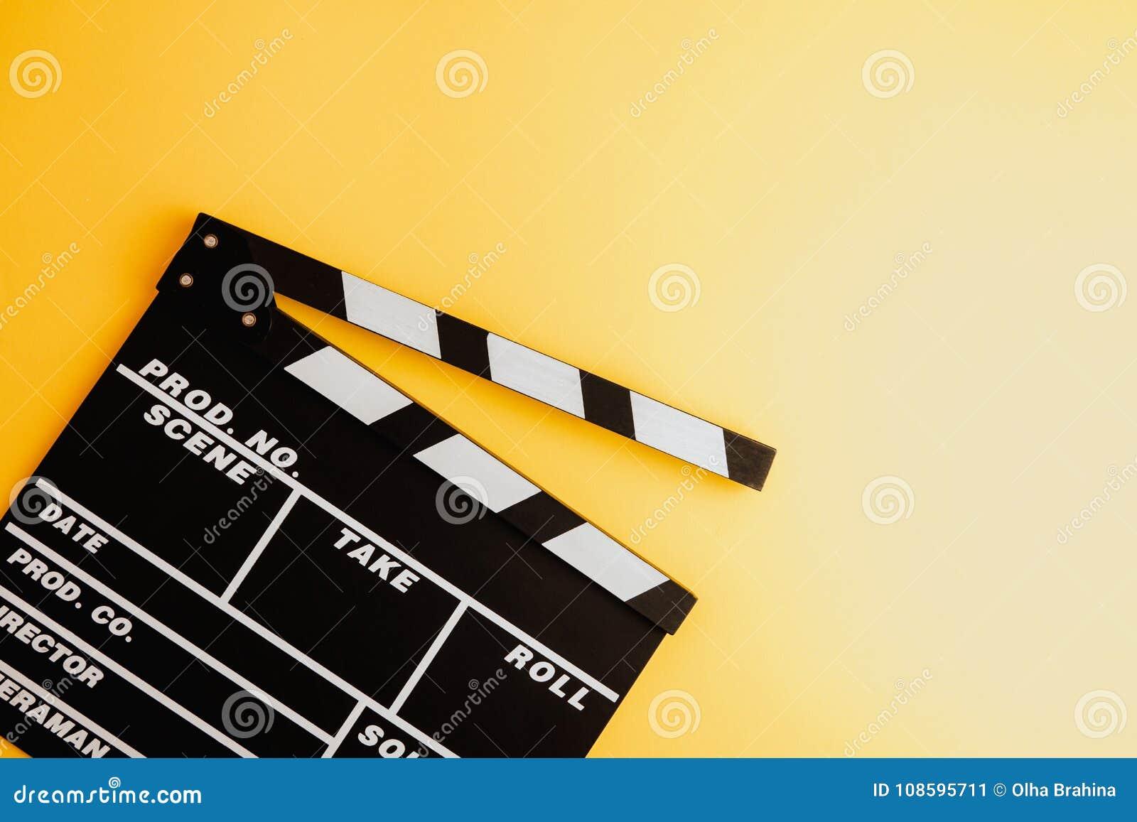 戏院最小的概念 在戏院的观看的影片 董事会拍板例证新的s年
