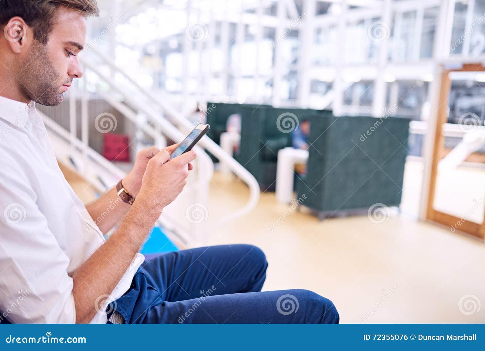 成人人繁忙发短信在他的现代轻量级智能手机