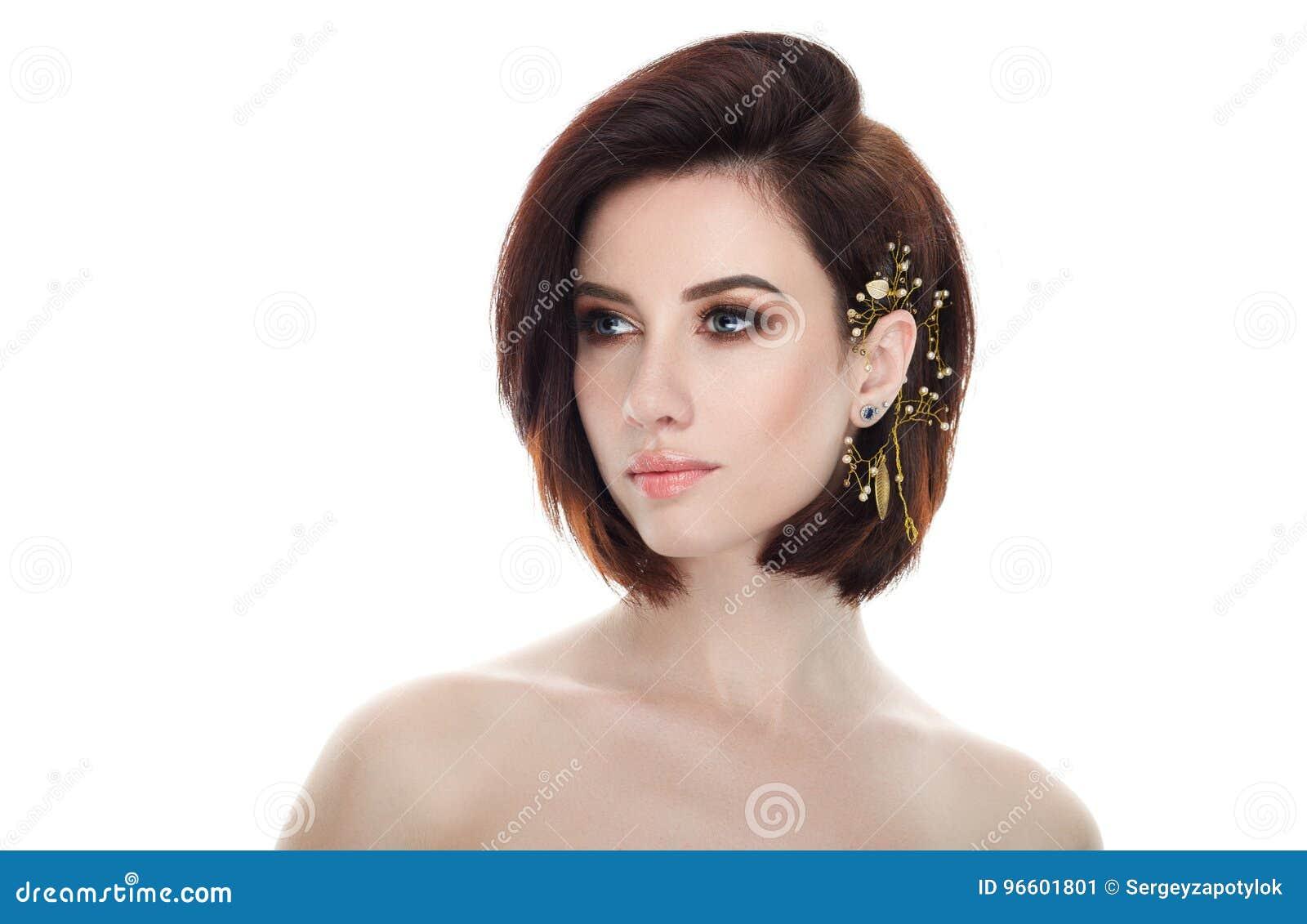 成人可爱的新鲜的看起来的深色的妇女秀丽画象有华美的摆在反对isolat的构成diy戴头受话器突然移动发型的