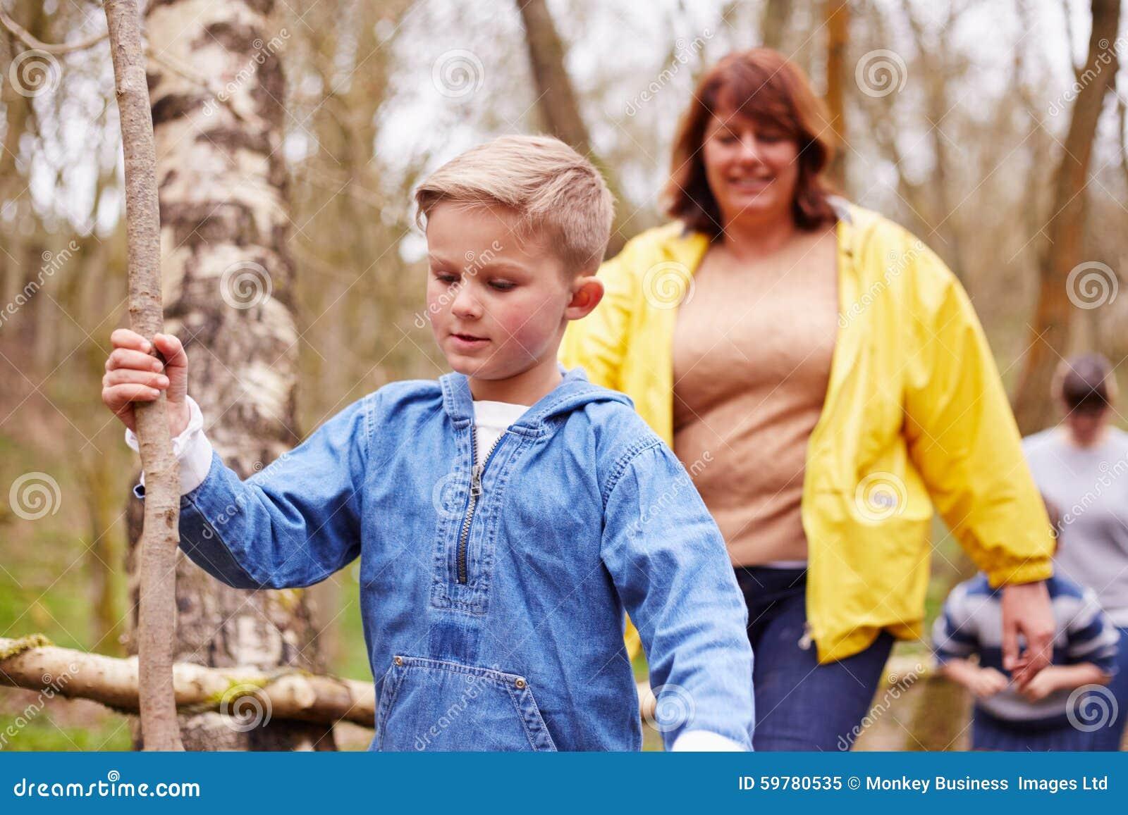 成人和孩子步行的在室外活动中心