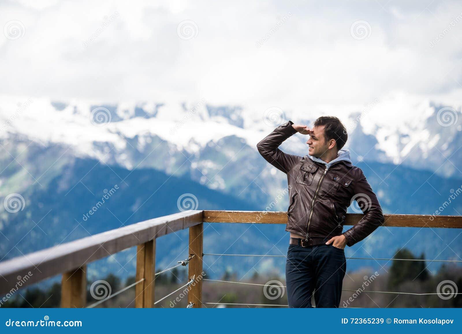 年轻成人本质上看在山风景背景的看法