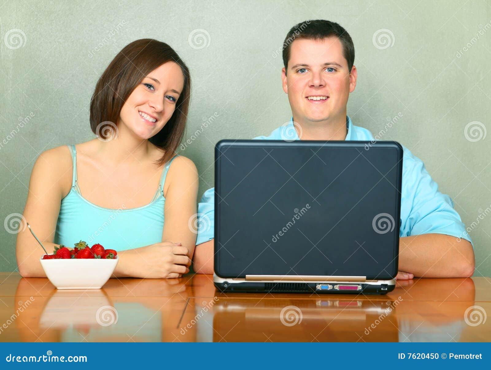 成人白种人厨房坐表二年轻人