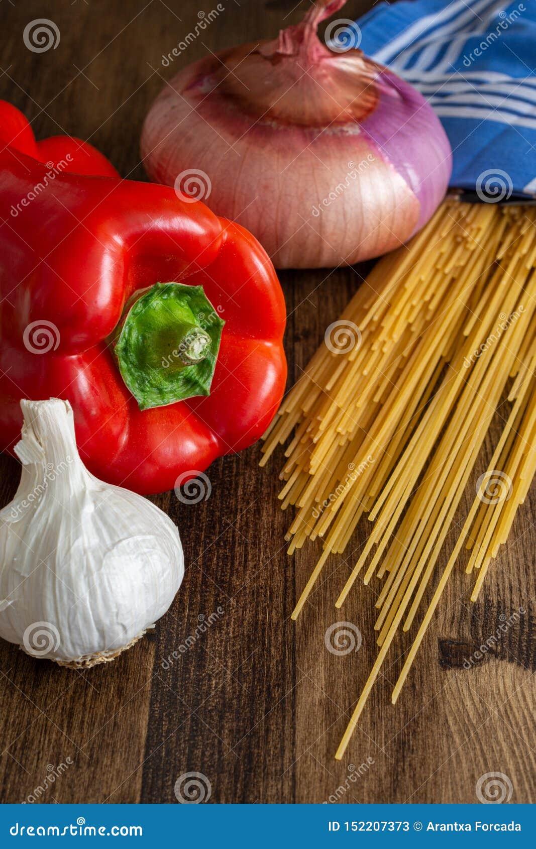 成份顶视图垂直做的意粉、红辣椒、大蒜和葱