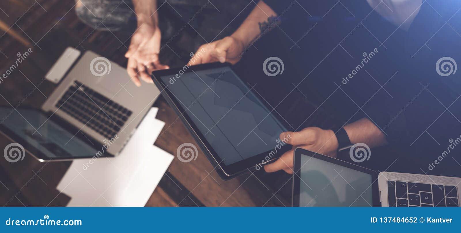 成功的企业队在工作 一起沟通小组年轻的商人与膝上型计算机一起使用和