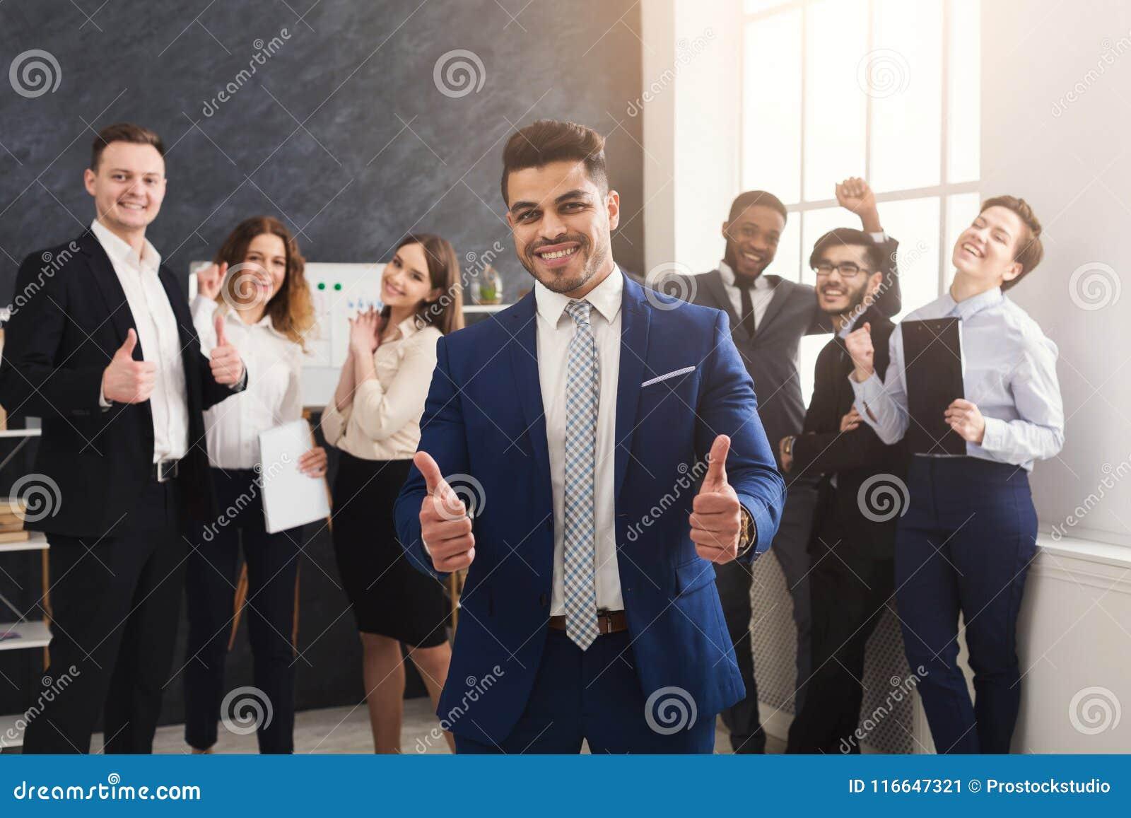 成功的企业队在现代办公室