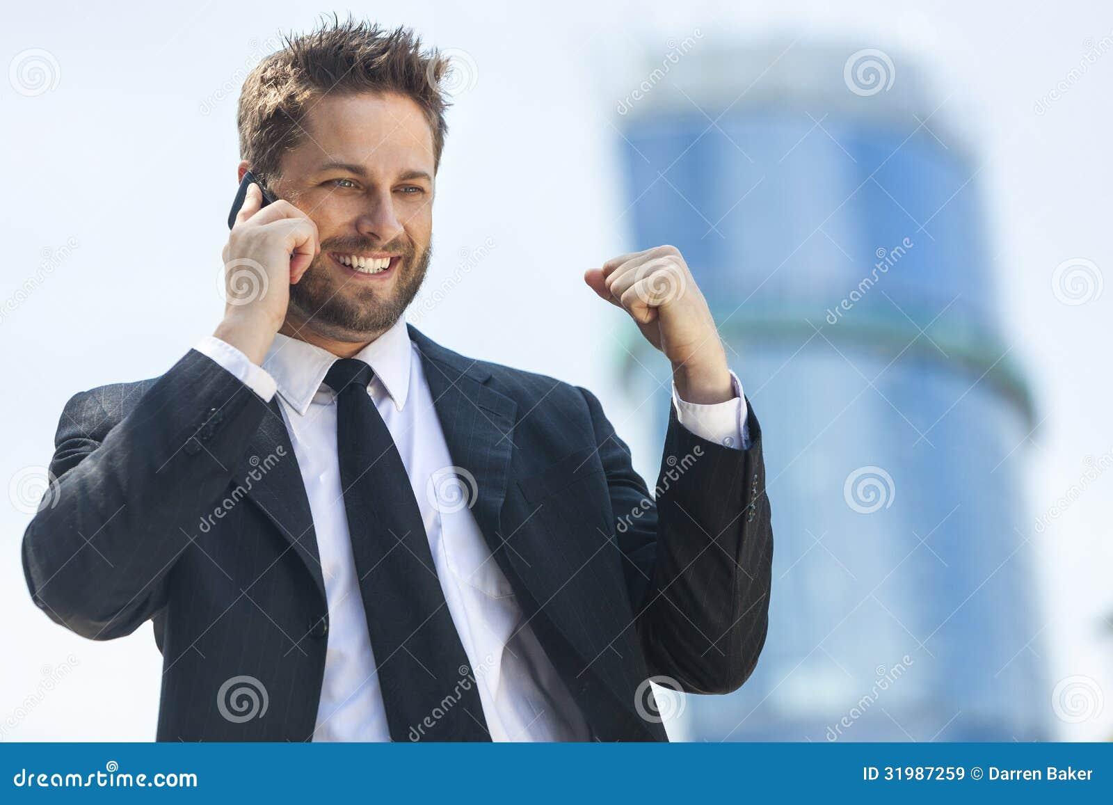 年轻成功的商人谈的手机
