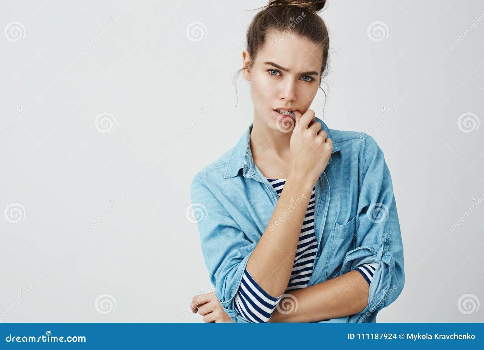 成年意想不到地击中了我 被打扰的和困惑的可爱的妇女,尖酸的拇指演播室射击小圆面包发型的,当时