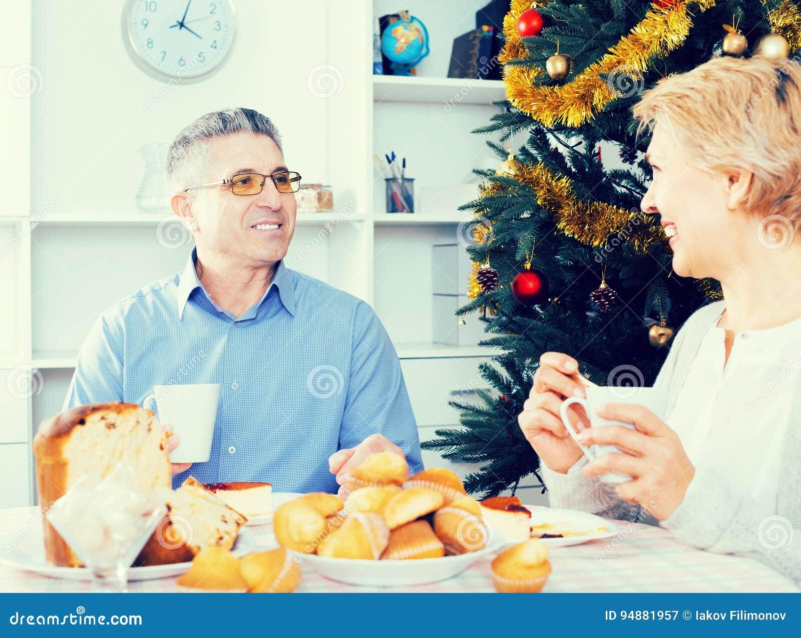成熟夫妇庆祝圣诞节