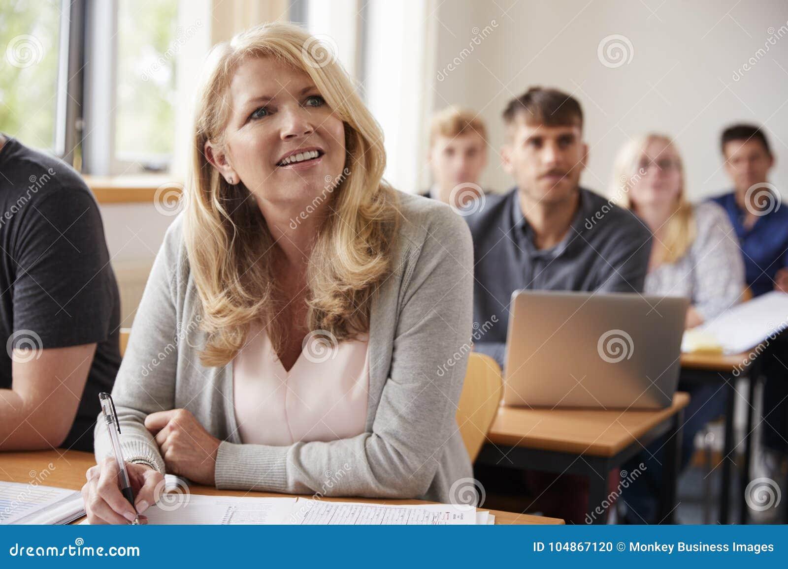 成熟妇女在上成人教育类的学院