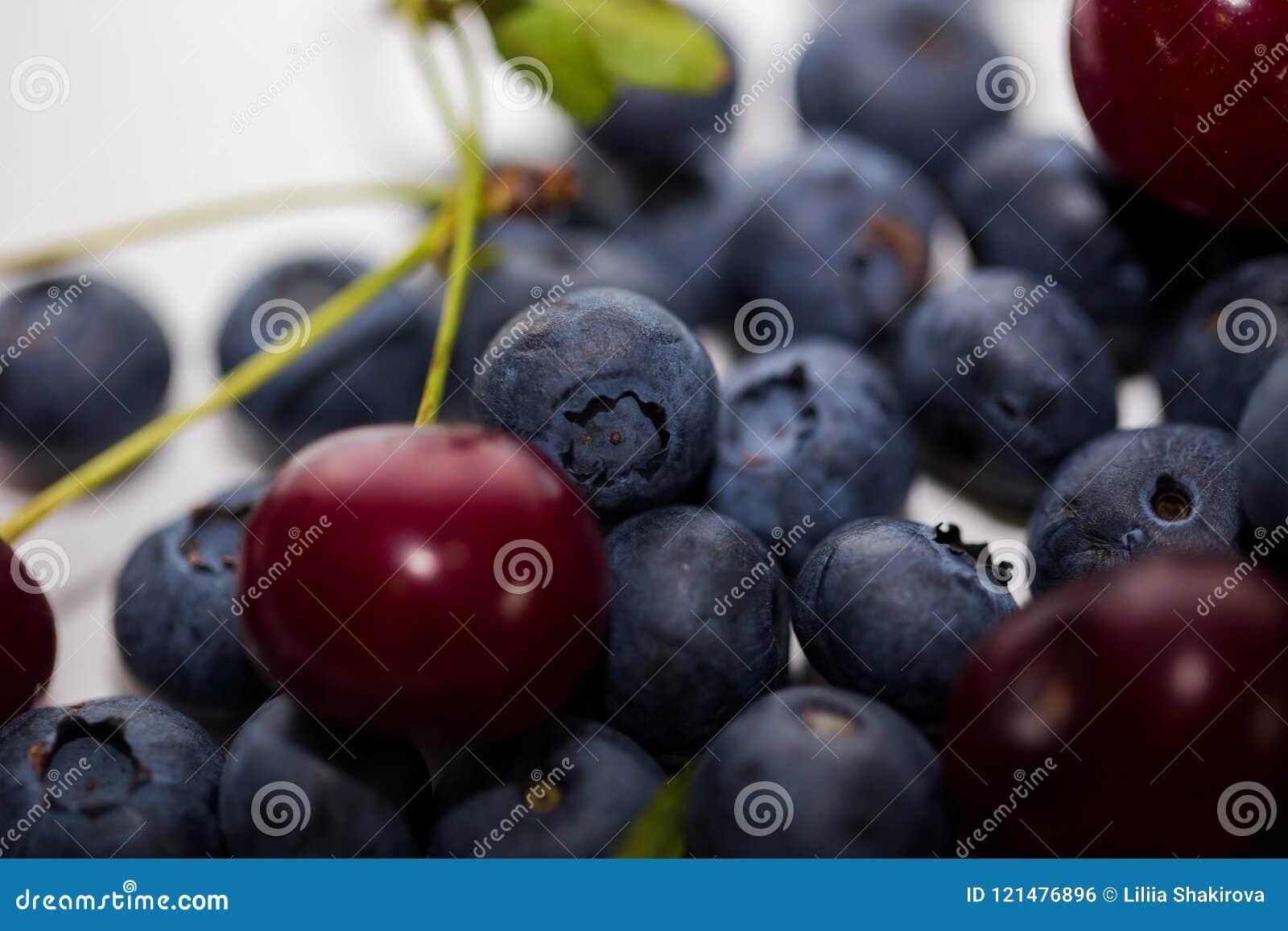 成熟樱桃用在白色背景的蓝莓 莓果特写镜头与选择聚焦的