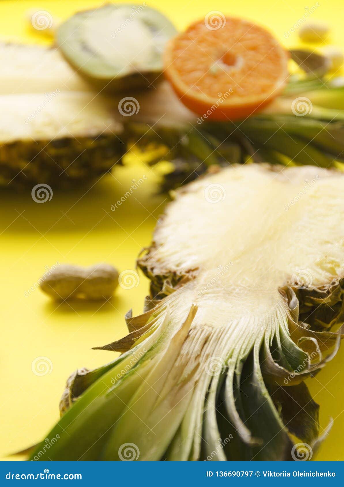 成熟自然菠萝,orsnge,明亮的晴朗的表面上的猕猴桃垂直的射击