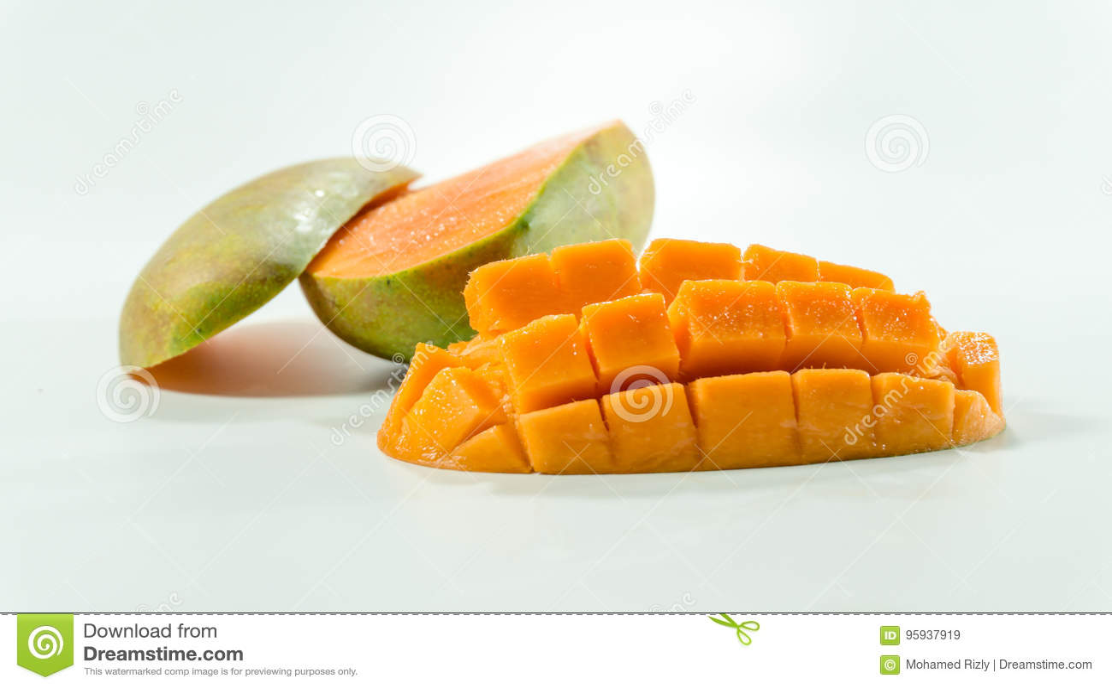 成熟芒果在白色背景/新鲜的被切的立方体中