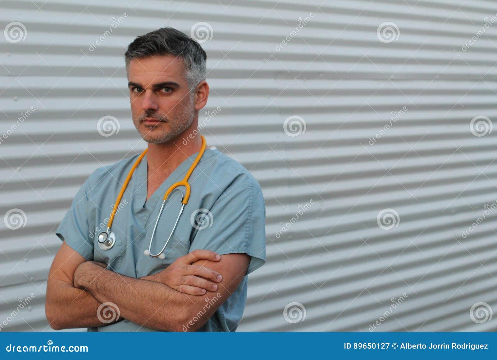 成熟英俊的医疗保健工作者画象隔绝与横渡的胳膊