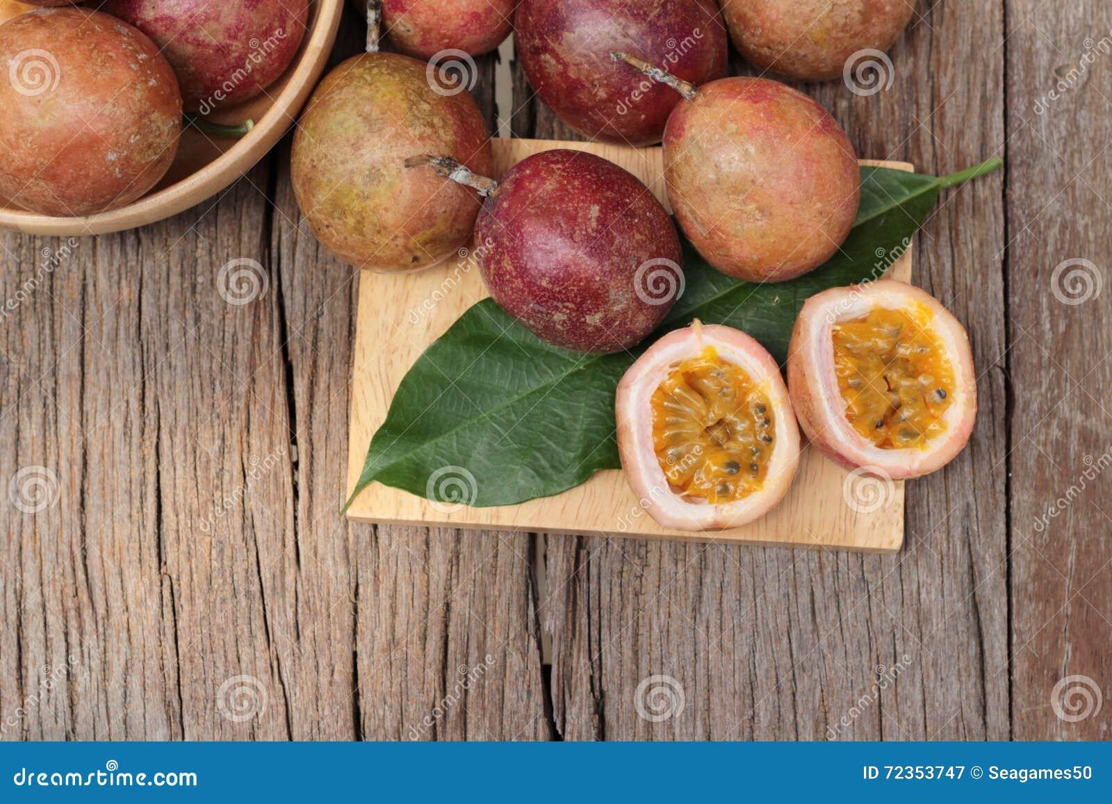 成熟西番莲果是可口的在木背景