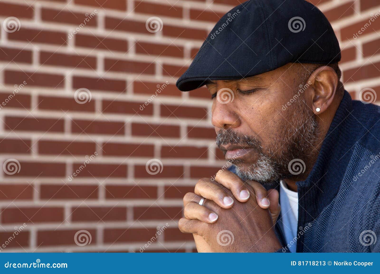 成熟非裔美国人人祈祷
