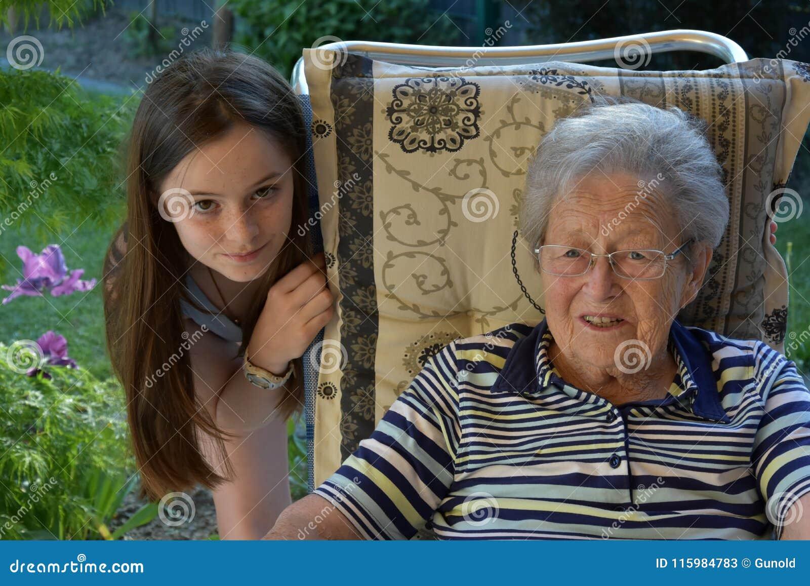 我和祖母,女孩使她的曾祖母惊奇