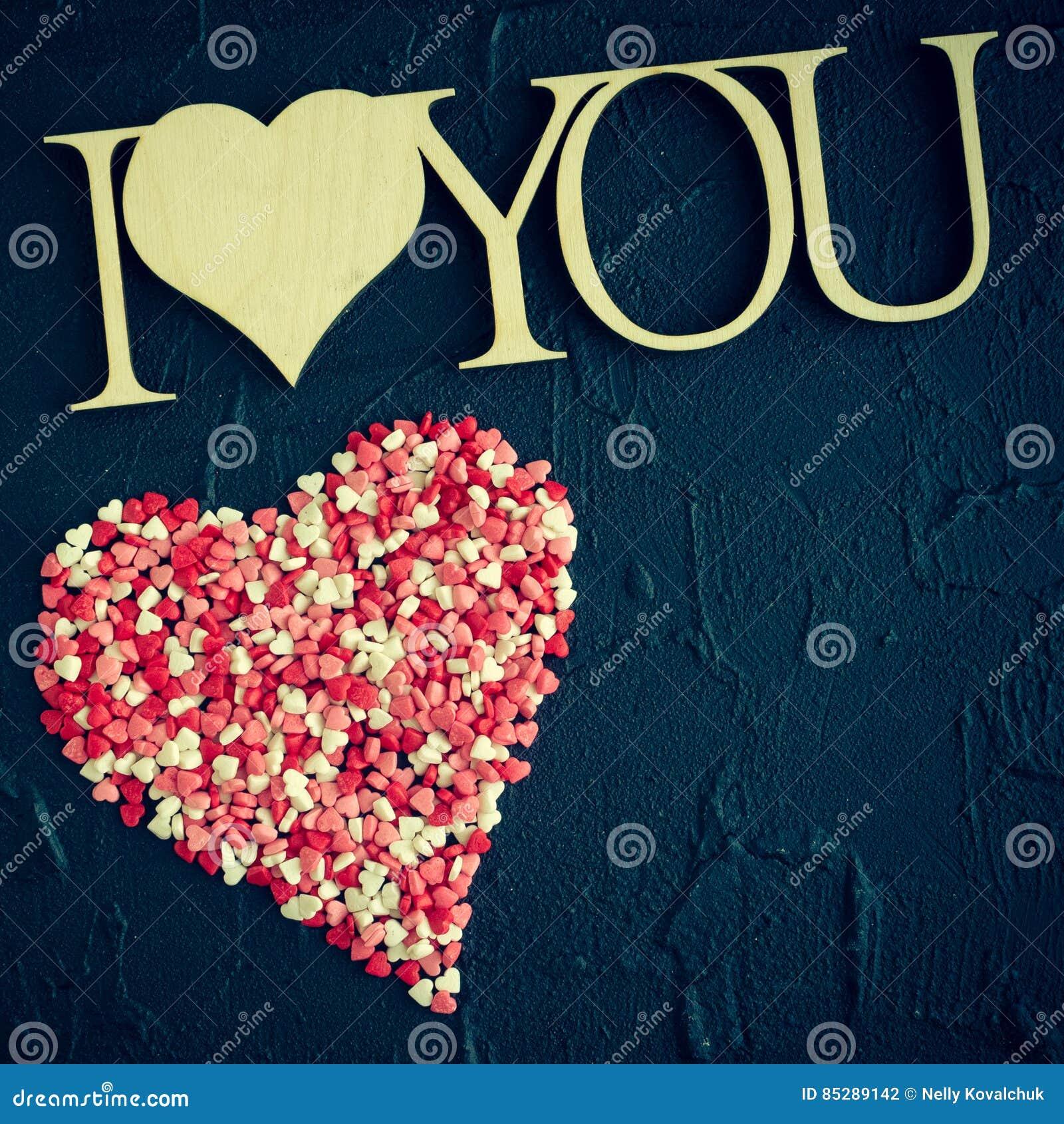我爱你-在黑石背景的木词组
