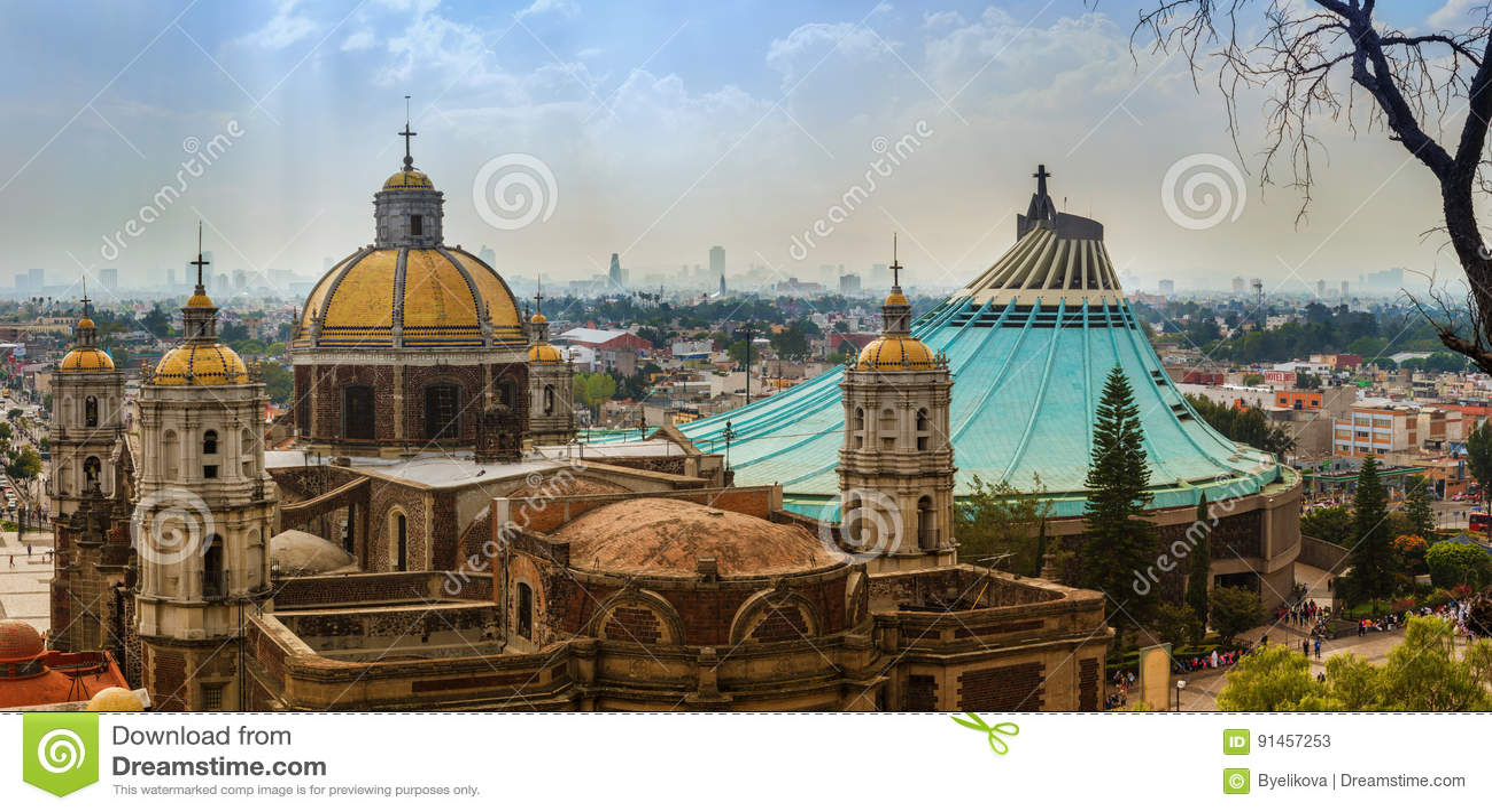 我们的瓜达卢佩河的夫人大教堂正方形在墨西哥城