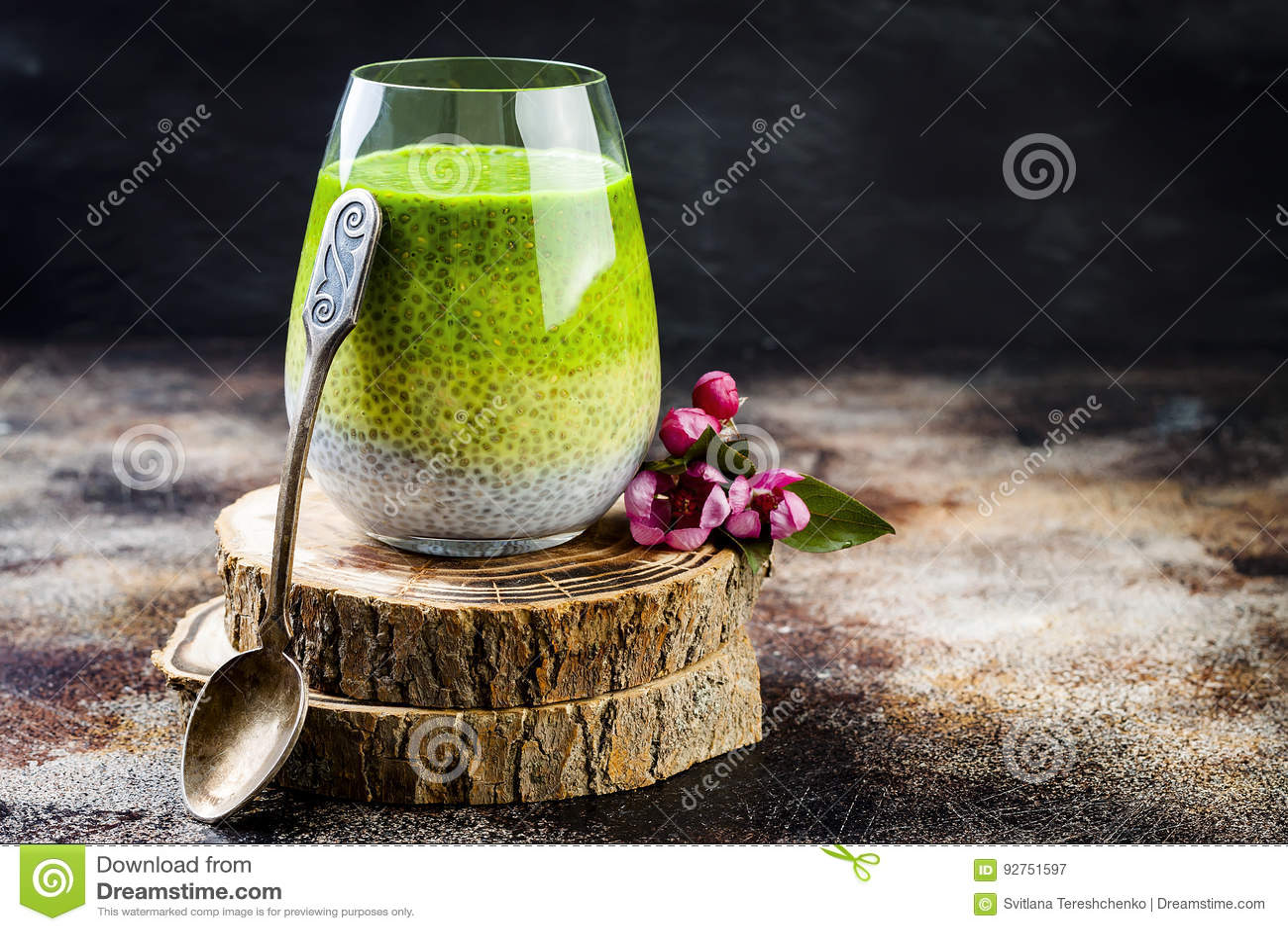 戒毒所ombre分层了堆积matcha绿茶chia种子布丁 素食主义者点心用椰奶 健康素食早餐