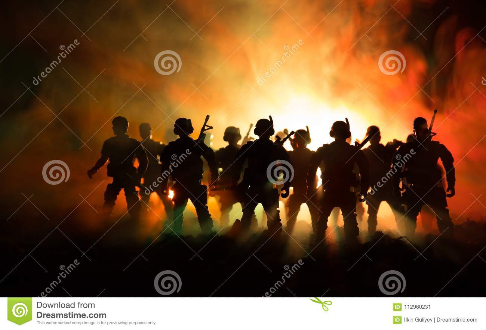 战争概念 与在战争雾天空背景,世界大战在多云地平线下的战士剪影的军事剪影场面战斗在
