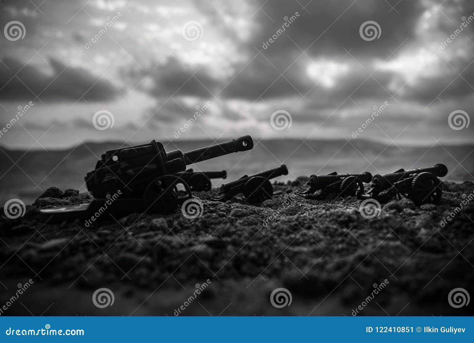 战争概念 老火炮大炮在战争雾天空背景开枪