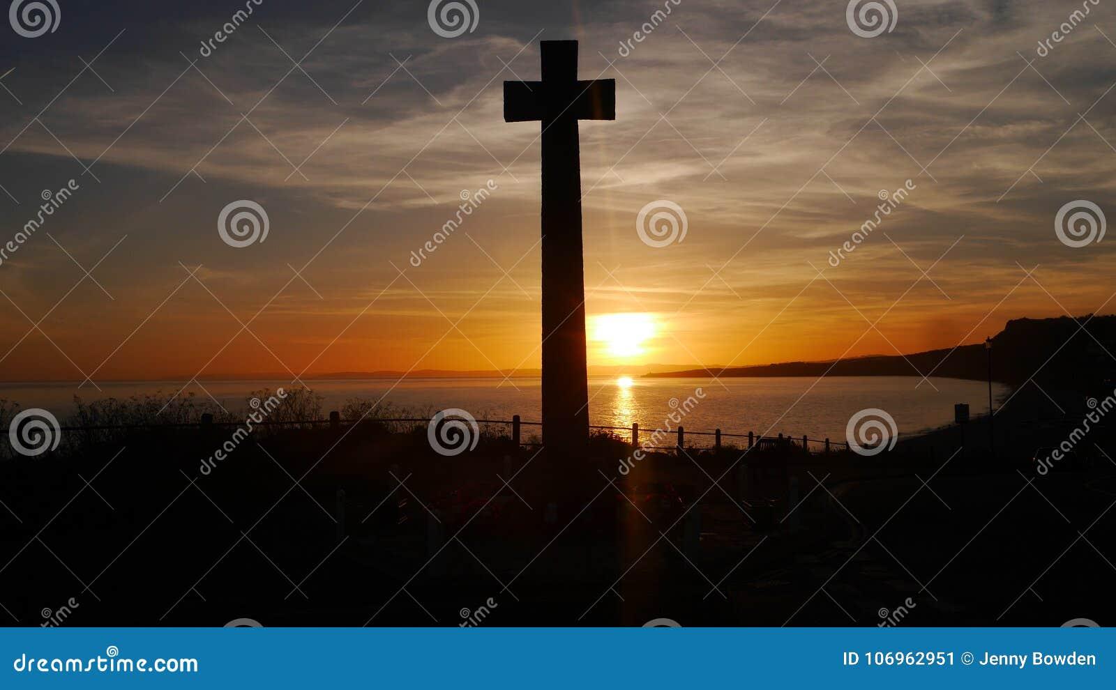 战争纪念建筑被采取反对在一clifftop的落日在英国