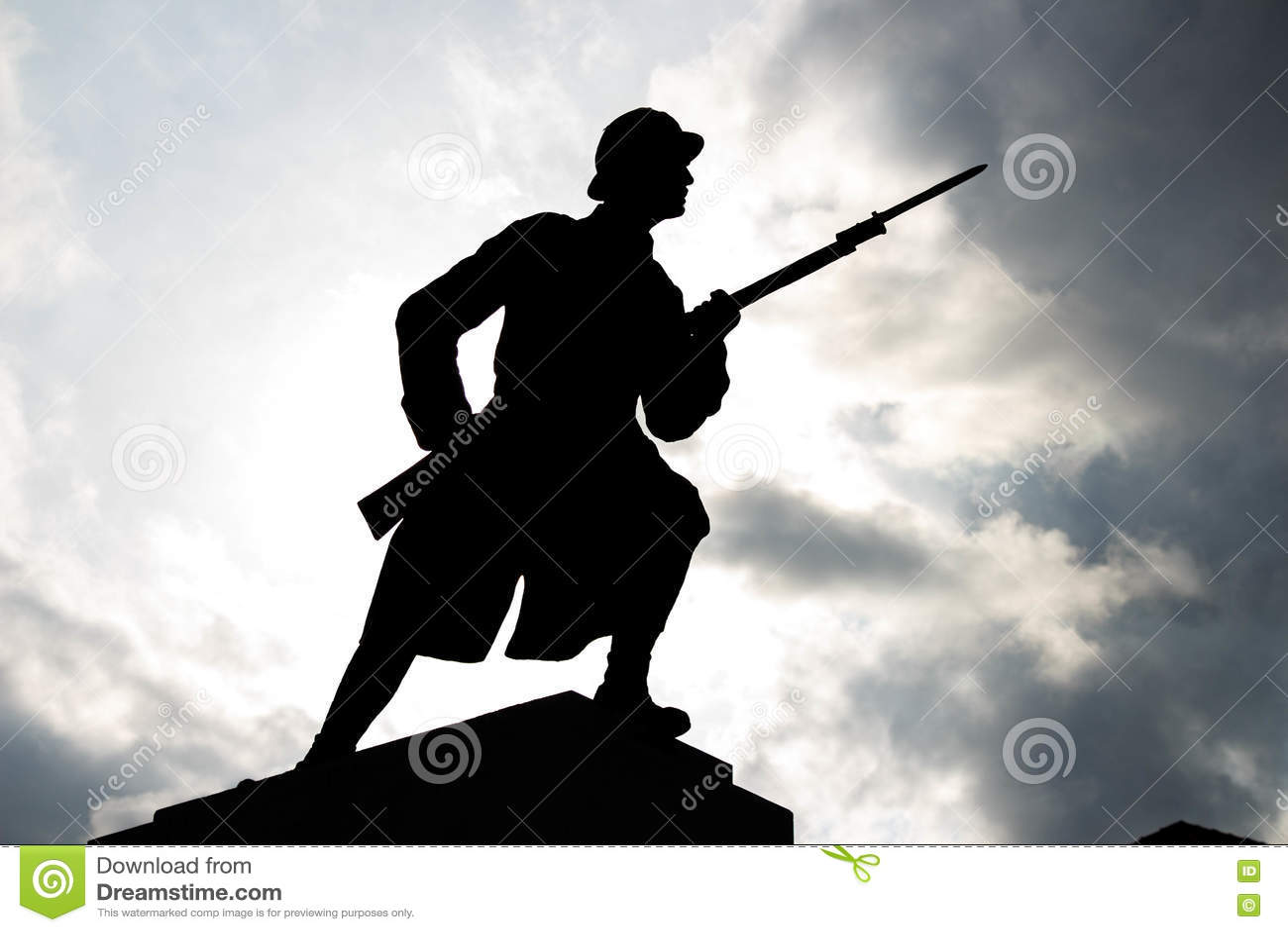 战士剪影在多云天空下