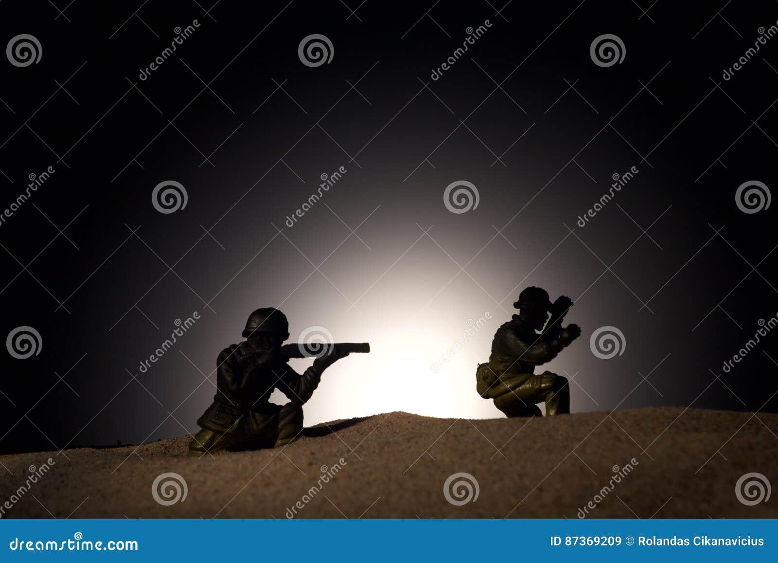 战士剪影黑暗的背景的