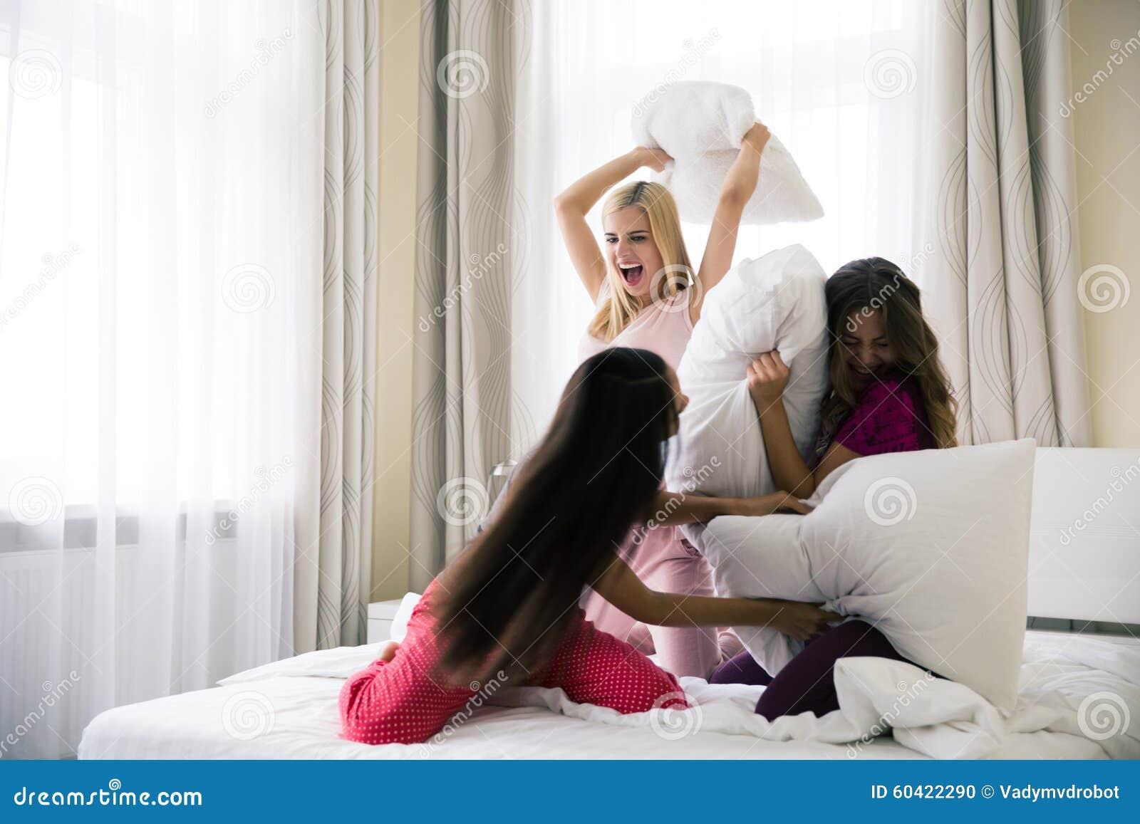 战斗与在床上的枕头的女朋友