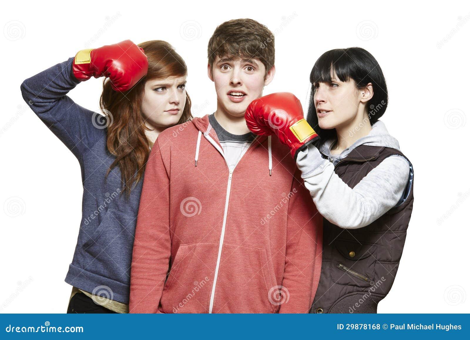 战斗与拳击手套的少年兄弟姐妹